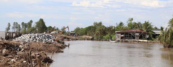 Dồn sức cứu đê biển Tây ở Cà Mau - Ảnh 8.