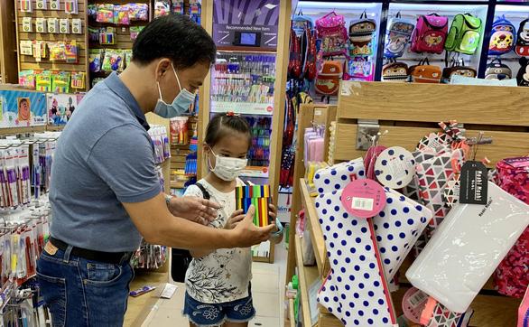 Phụ huynh chi tiền triệu mua sách vở, đồ dùng học tập cho con đầu năm học - Ảnh 1.