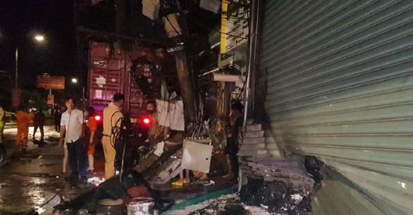 Xe container chạy trong đêm mưa tông vào 4 nhà dân và xe bán tải - Ảnh 1.