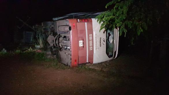Lật xe giường nằm trên quốc lộ 14, nhiều hành khách may mắn thoát chết - Ảnh 1.