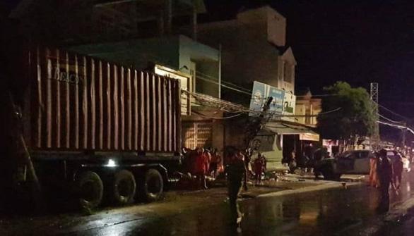 Xe container chạy trong đêm mưa tông vào 4 nhà dân và xe bán tải - Ảnh 2.