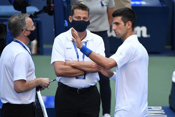 Những hình ảnh của vụ tai nạn: Djokovic đánh bóng trúng người nữ trọng tài - Ảnh 4.