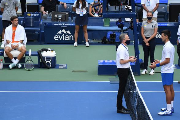Những hình ảnh của vụ tai nạn: Djokovic đánh bóng trúng người nữ trọng tài - Ảnh 5.