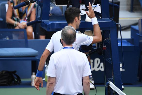 Những hình ảnh của vụ tai nạn: Djokovic đánh bóng trúng người nữ trọng tài - Ảnh 6.