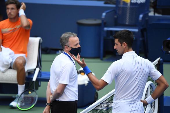 Đánh bóng trúng nữ trọng tài, Djokovic nói: Bả đâu có đi viện đâu - Ảnh 1.