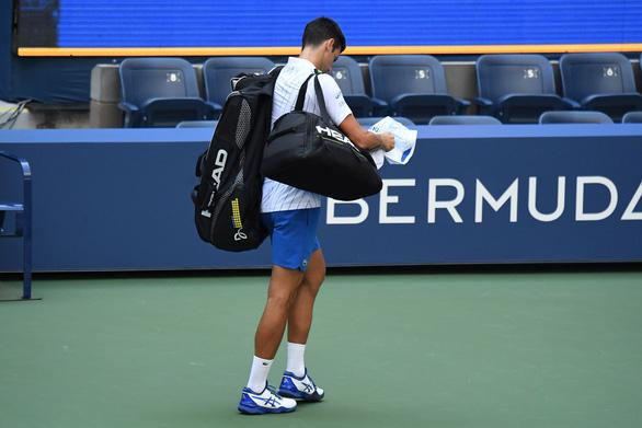 Những hình ảnh của vụ tai nạn: Djokovic đánh bóng trúng người nữ trọng tài - Ảnh 7.