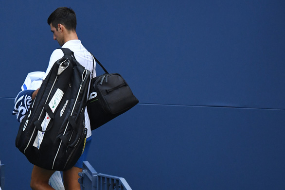 Những hình ảnh của vụ tai nạn: Djokovic đánh bóng trúng người nữ trọng tài - Ảnh 8.