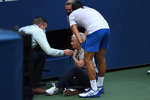 Những hình ảnh của vụ tai nạn: Djokovic đánh bóng trúng người nữ trọng tài - Ảnh 1.