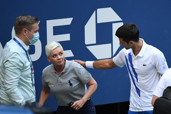 Những hình ảnh của vụ tai nạn: Djokovic đánh bóng trúng người nữ trọng tài - Ảnh 3.