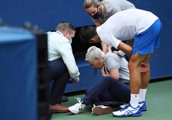Những hình ảnh của vụ tai nạn: Djokovic đánh bóng trúng người nữ trọng tài - Ảnh 2.
