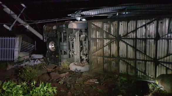 Lật xe giường nằm trên quốc lộ 14, nhiều hành khách may mắn thoát chết - Ảnh 2.