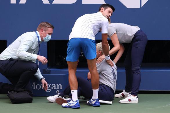 Sốc: Djokovic bị loại khỏi Giải Mỹ mở rộng vì đánh bóng trúng... nữ trọng tài - Ảnh 2.