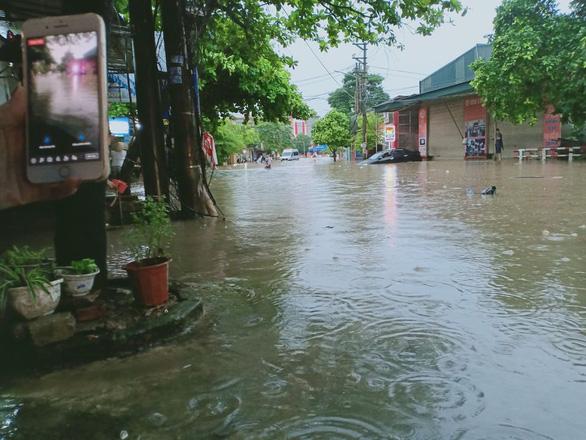 Dân bì bõm dắt xe, nhiều trường học ở Thái Nguyên cho học sinh nghỉ học sau cơn mưa lớn - Ảnh 3.