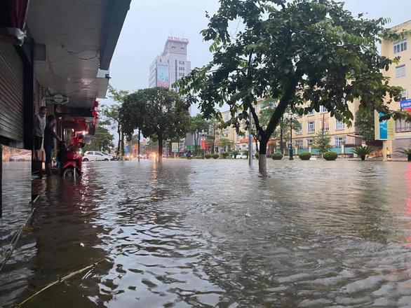Dân bì bõm dắt xe, nhiều trường học ở Thái Nguyên cho học sinh nghỉ học sau cơn mưa lớn - Ảnh 5.