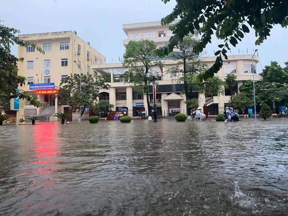 Dân bì bõm dắt xe, nhiều trường học ở Thái Nguyên cho học sinh nghỉ học sau cơn mưa lớn - Ảnh 4.