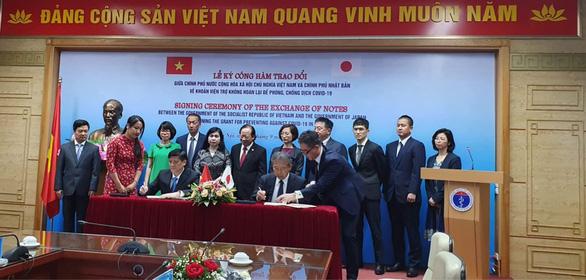 Ông Nguyễn Thanh Long (bên trái ảnh) và ông Yamada Takio (bên phải ảnh) tại lễ ký công hàm chiều nay 7-9 - Ảnh: THÚY ANH