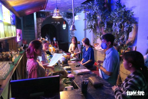TP.HCM: Quán bar, vũ trường được hoạt động lại từ 18h chiều nay 7-9 - Ảnh 1.