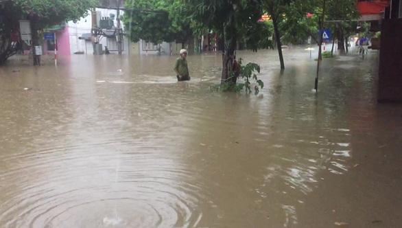 Dân bì bõm dắt xe, nhiều trường học ở Thái Nguyên cho học sinh nghỉ học sau cơn mưa lớn - Ảnh 1.