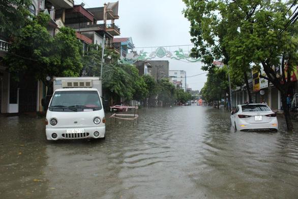 Dân bì bõm dắt xe, nhiều trường học ở Thái Nguyên cho học sinh nghỉ học sau cơn mưa lớn - Ảnh 6.