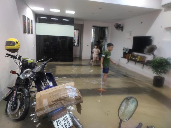 Dân bì bõm dắt xe, nhiều trường học ở Thái Nguyên cho học sinh nghỉ học sau cơn mưa lớn - Ảnh 7.
