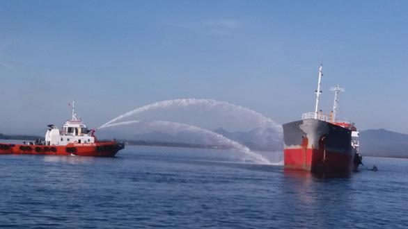 Cháy tàu chở dầu tại cảng Dung Quất, một người mất tích - Ảnh 1.