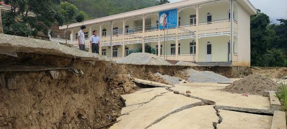 Trường học bị sạt lở, sụt lún nghiêm trọng, 140 học sinh phải đi học nhờ - Ảnh 4.