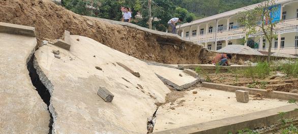 Trường học bị sạt lở, sụt lún nghiêm trọng, 140 học sinh phải đi học nhờ - Ảnh 1.