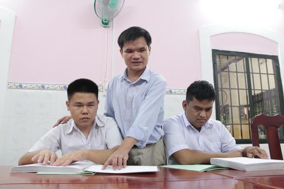 Thầy giáo khiếm thị tiếp sức đàn em đến trường - Ảnh 1.