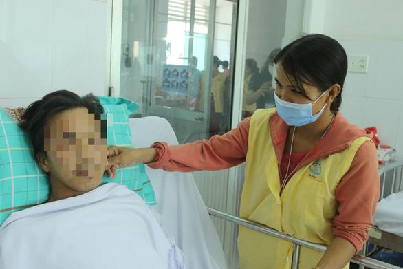 Bệnh nhân bị rắn hổ mang cắn tặng 80 triệu đồng cho người cùng cảnh ngộ - Ảnh 3.