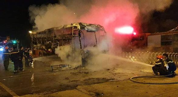 Xe khách bốc cháy ngùn ngụt bên trạm BOT quốc lộ 19 - Ảnh 2.