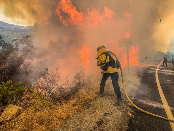 80% nhà cửa một thị trấn Mỹ bị lửa cháy rừng thiêu rụi - Ảnh 1.