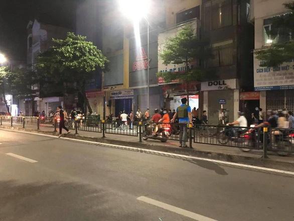 Công an vây bắt người bố đánh con gái gãy tay ở Bắc Ninh trên phố Hà Nội - Ảnh 2.