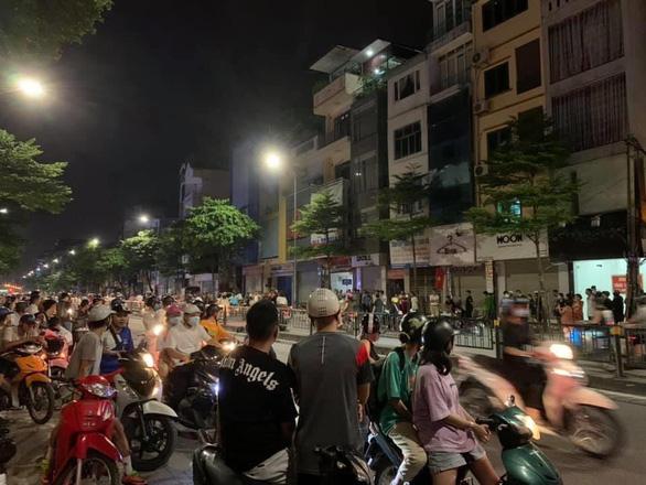 Công an vây bắt người bố đánh con gái gãy tay ở Bắc Ninh trên phố Hà Nội - Ảnh 1.