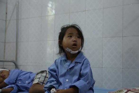 Cổng trường đè chết 3 học sinh: Bản Phung chết lặng sau buổi học đầu - Ảnh 5.