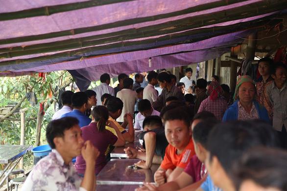 Cổng trường đè chết 3 học sinh: Bản Phung chết lặng sau buổi học đầu - Ảnh 3.