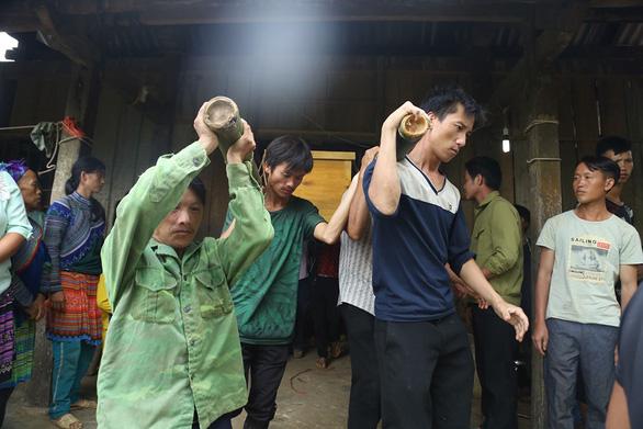 Cổng trường đè chết 3 học sinh: Bản Phung chết lặng sau buổi học đầu - Ảnh 1.
