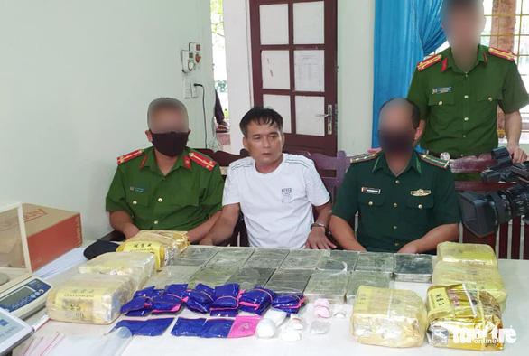 Chôn 13 bánh heroin, 7kg ma túy đá trong vườn tiêu để qua mắt công an - Ảnh 1.