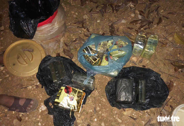 Chôn 13 bánh heroin, 7kg ma túy đá trong vườn tiêu để qua mắt công an - Ảnh 2.