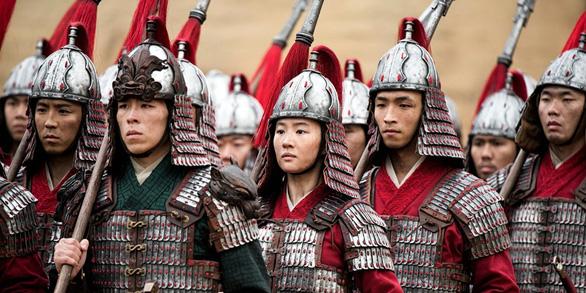 Mulan: Phương Đông vô hồn, trống rỗng - vai diễn đáng quên của Củng Lợi - Ảnh 3.