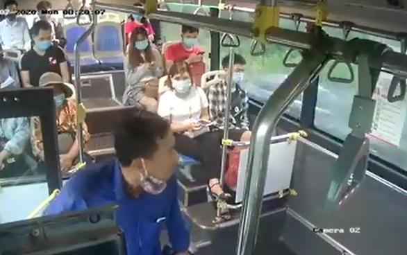 Bị nhắc đeo khẩu trang, hành khách nhổ nước bọt vào nhân viên xe buýt - Ảnh 1.