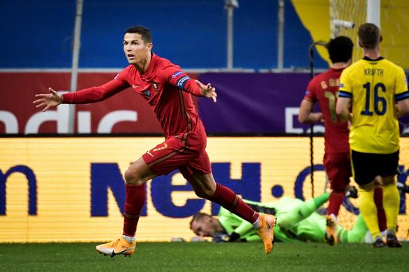 Ronaldo ghi bàn thứ 100, Bồ Đào Nha thắng dễ Thụy Điển - Ảnh 1.