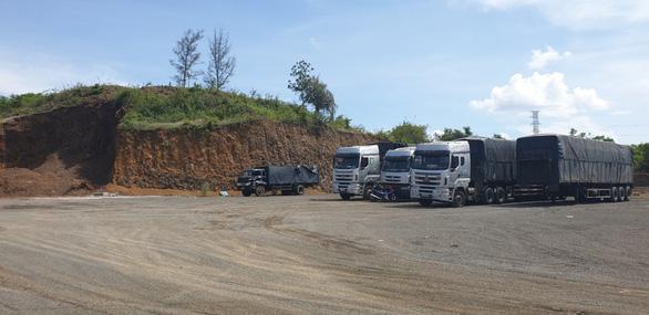 Một người 'dỡ' nguyên cái đồi 3.000m2 để xây nhà, trụ bơm dầu, bãi đậu xe... - Ảnh 3.