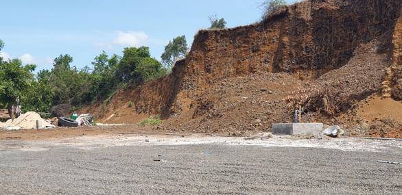 Một người 'dỡ' nguyên cái đồi 3.000m2 để xây nhà, trụ bơm dầu, bãi đậu xe... - Ảnh 2.