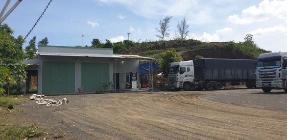 Một người 'dỡ' nguyên cái đồi 3.000m2 để xây nhà, trụ bơm dầu, bãi đậu xe... - Ảnh 1.