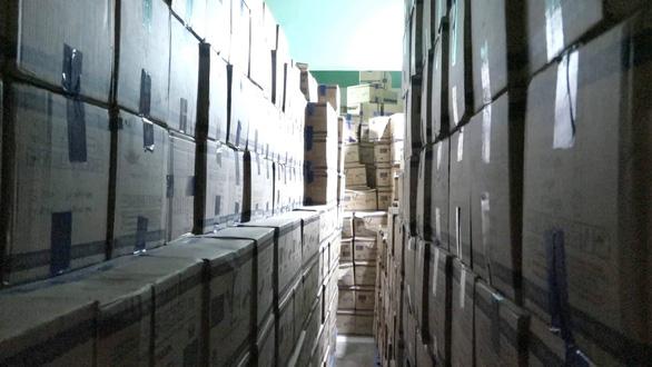 Ngôi nhà ở TP.HCM chứa hàng ngàn thùng găng tay y tế giả nhãn hiệu - Ảnh 1.