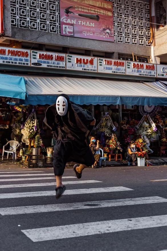 Vô Diện đi khắp Đà Nẵng mừng thành phố hết cách ly - Ảnh 4.