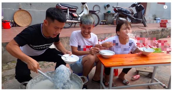 Hưng Vlog nấu nồi cháo khổng lồ với cả con gà nguyên lông đăng YouTube - Ảnh 2.