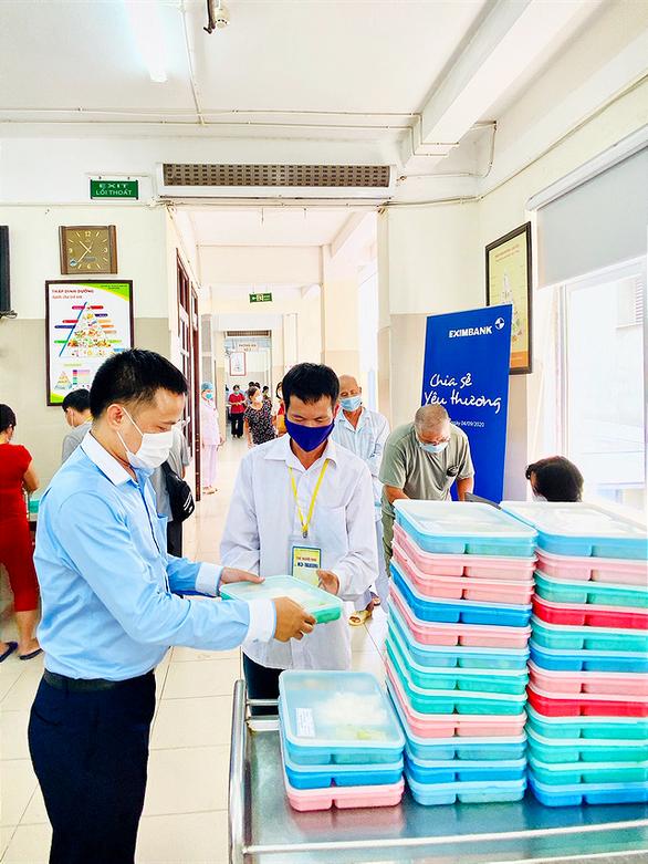 Eximbank trao tặng 250 suất cơm tại Viện huyết học Truyền máu Trung ương - Ảnh 1.