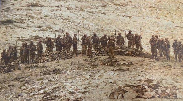 Lính Trung Quốc vác giáo mác đi tuần ở biên giới Ấn Độ - Ảnh 2.