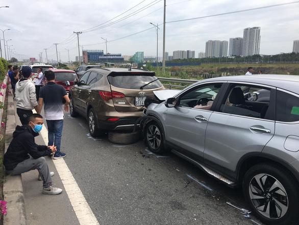 Bốn xe tông nhau trên cao tốc ngày đầu năm mới - Ảnh 1.